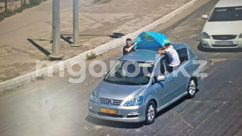 Высунулись из окна и держали флаг: жителей Атырауской области привлекли к ответственности (видео) Жители Атырауской области ездили высунувшись из окон машины с флагом