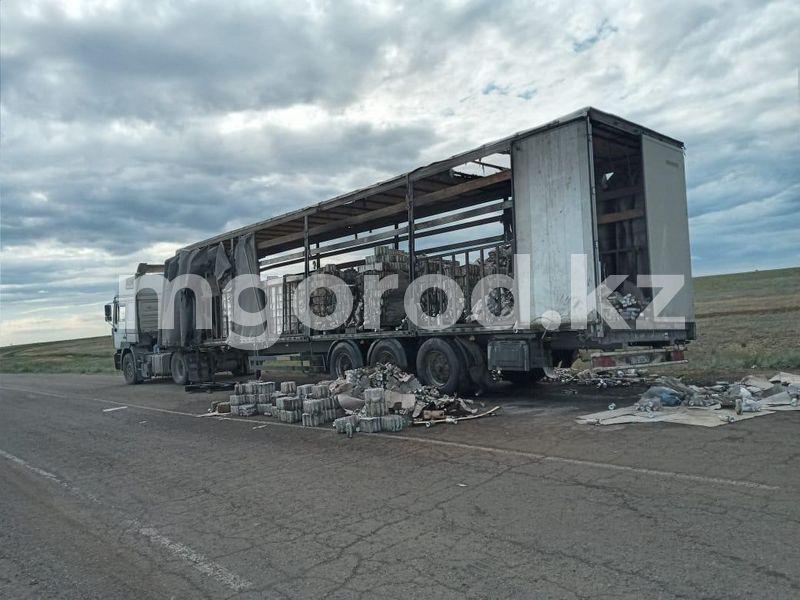 У большегруза загорелась шина на трассе в Актюбинской области (фото) У большегруза загорелась шина на трассе в Актюбинской области