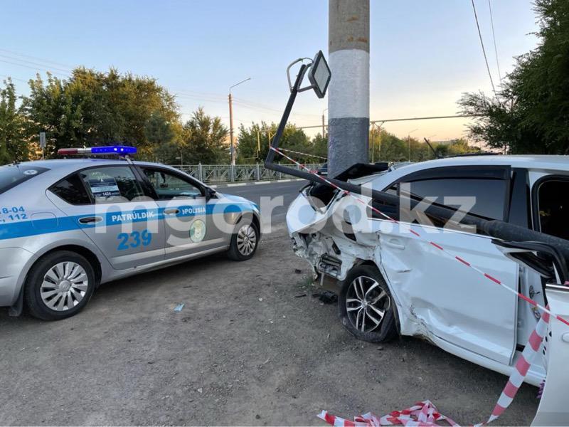 В Уральске столкнулись две иномарки и зацепили пешехода (видео) В Уральске столкнулись две иномарки и зацепили пешехода (видео)