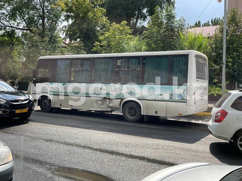 Автобус с пассажирами столкнулся с иномаркой в Уральске Пассажирский автобус сто