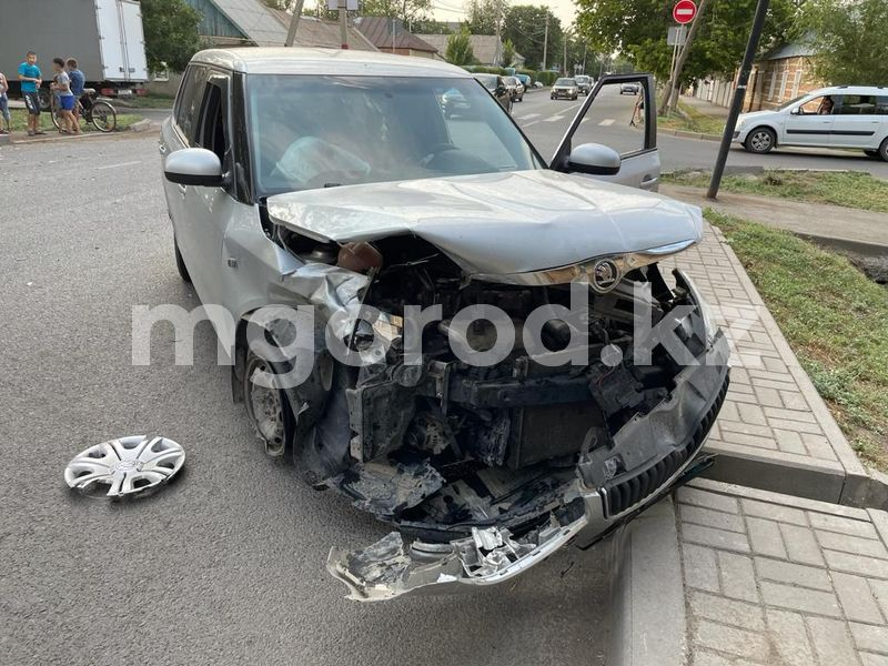 Два легковых автомобиля столкнулись в Уральске Два легковых автомобиля столкнулись в Уральске