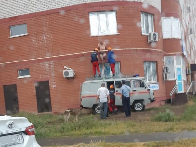 Мужчина в одних трусах застрял между стеной многоэтажки и газовой трубой в Уральске (фото) Полуголый мужчина застрял между стеной многоэтажки и газовой трубой в Уральске