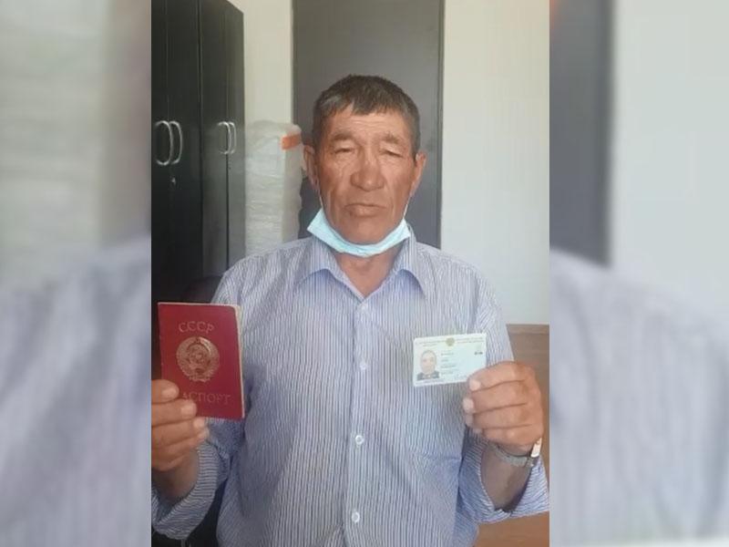 Пенсионер из Атырау впервые получил удостоверение личности Пенсионер из Атырау впервые получил удостоверение