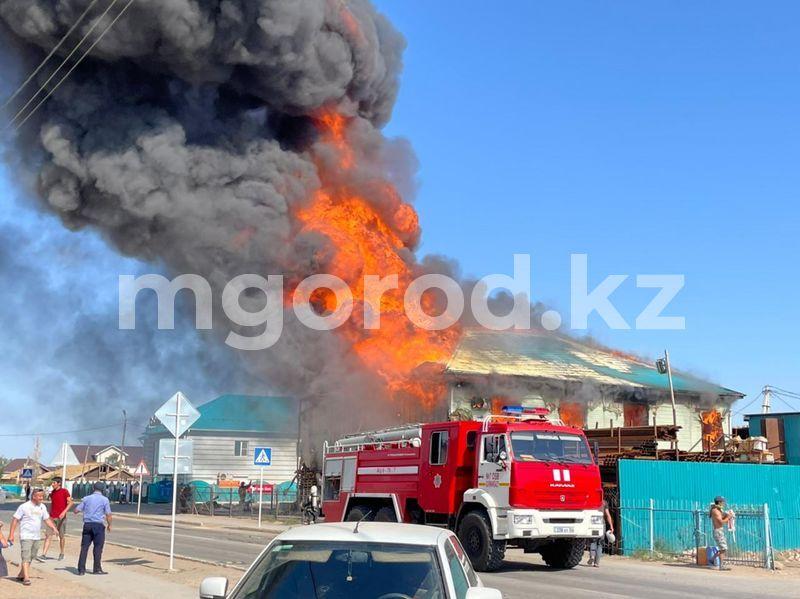 Двухэтажный магазин сгорел в селе в Атырауской области (фото) Двухэтажный магазин сгорел в селе в Атырауской области