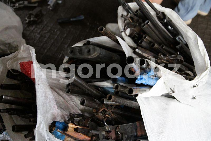 Около 200 единиц оружия уничтожили в Уральске Около двух сотен оружия уничтожили в Уральске