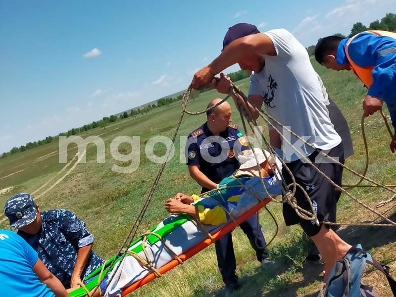 Подросток провалился в 6-метровую яму в Актюбинской области Подросток провалился в степи в 6-метровую яму в Актюбинской области
