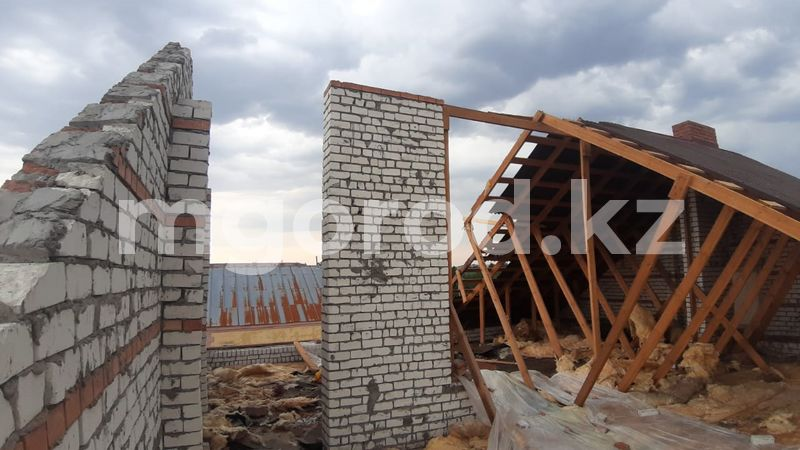 Шквальный ветер сорвал крыши с частных домов в ЗКО (фото) Шквальный ветер сорвал крыши с частных домов в ЗКО (фото)