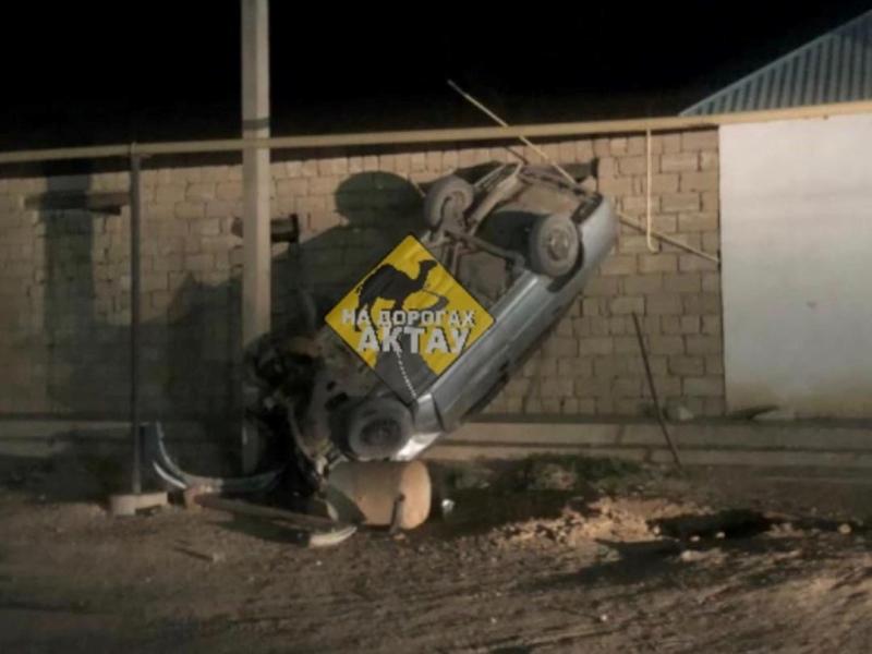В Бейнеу автомобиль врезался в столб и опрокинулся Автомобиль влетел в забор дома в Бейнеу