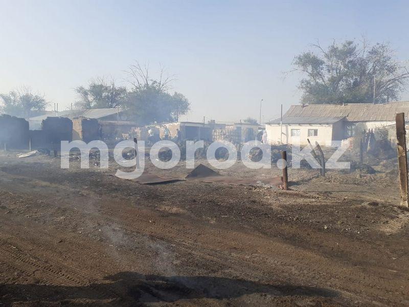 Девять хозпостроек с сеном сгорели в селе ЗКО Крупный пожар произошел в селе ЗКО