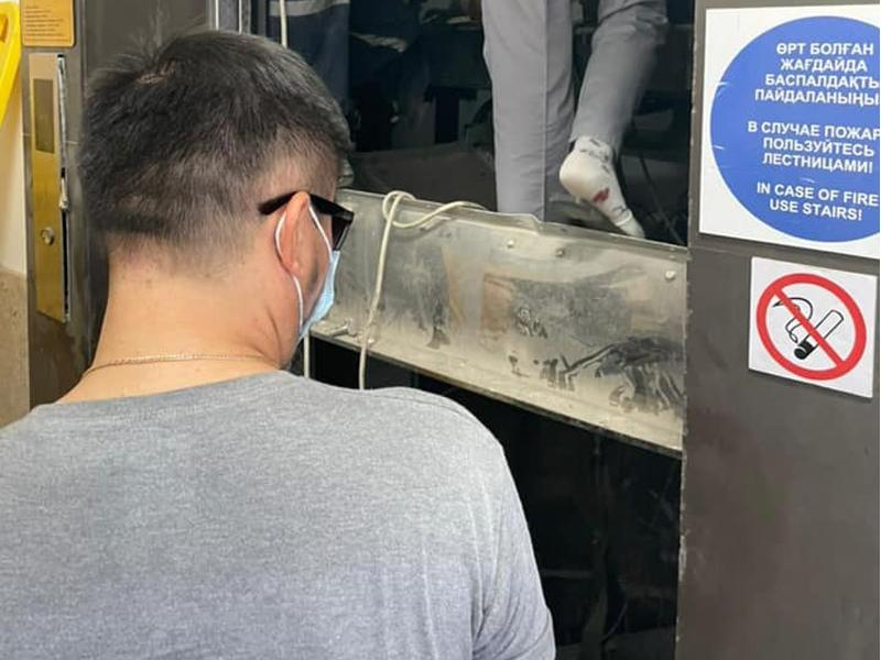 Рабочие провалились в шахту лифта в Атырау: один скончался на месте (фото) Рабочие провалились в шахту лифта в Атырау: один скончался на месте (фото)