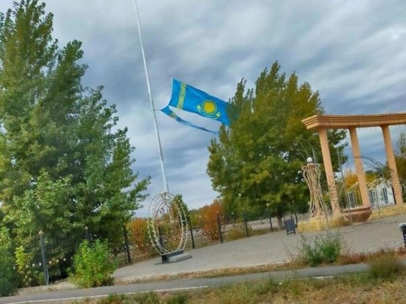 Сильный ветер порвал флаг в парке Аксая Сильный ветер порвал флаг на флагштоке в Аксае