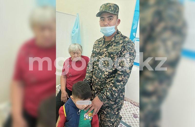 Попавших в аварию пожилую женщину с ребёнком спасли гвардейцы в Уральске Попавших в аварию пожилую женщину с ребенком спасли гвардейцы в Уральске