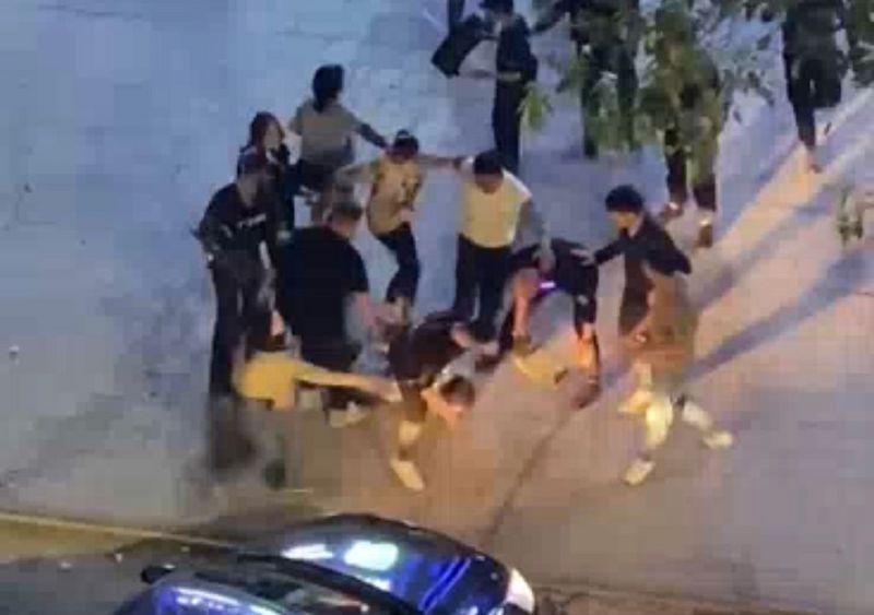 Видео жестокого избиения человека прокомментировали в полиции Уральска Видео жестокого избиения человека прокомментировали в полиции Уральска