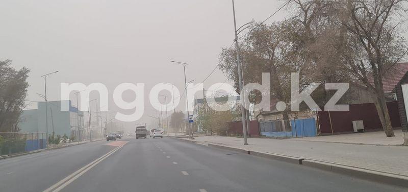 Атырау накрыла пыльная буря Атыраучане спасаются от пыли