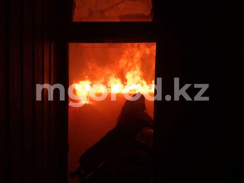 Кислородные и газовые баллоны горели во время пожара на складе в Уральске Кислородные и газовые баллоны сгорели во время пожара на складе в Уральске
